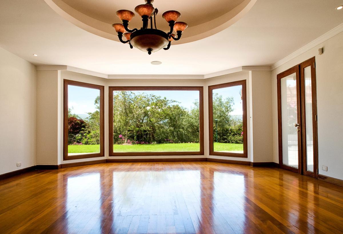 Ламинированное окно интерьер