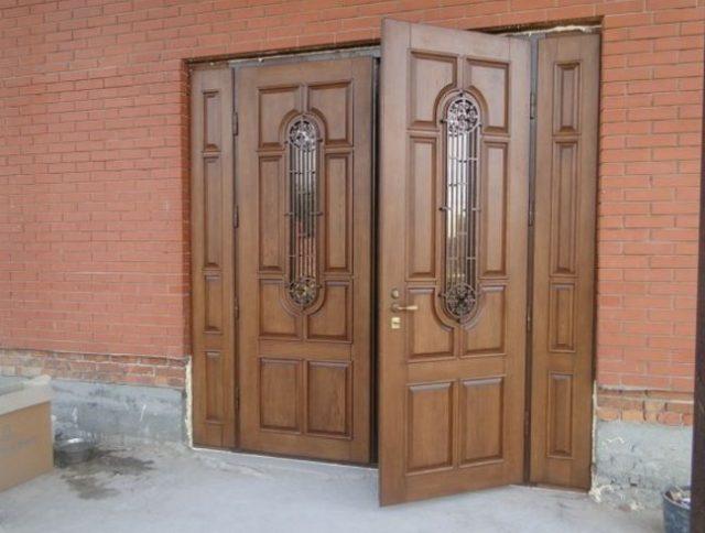 Двухстворчатые входные двери: особенности