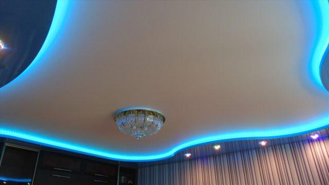 натяжной потолок с диодной подсветкой