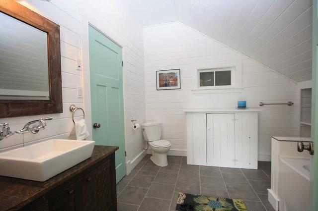 Крупная плитка на полу в ванной комнате с ковриком