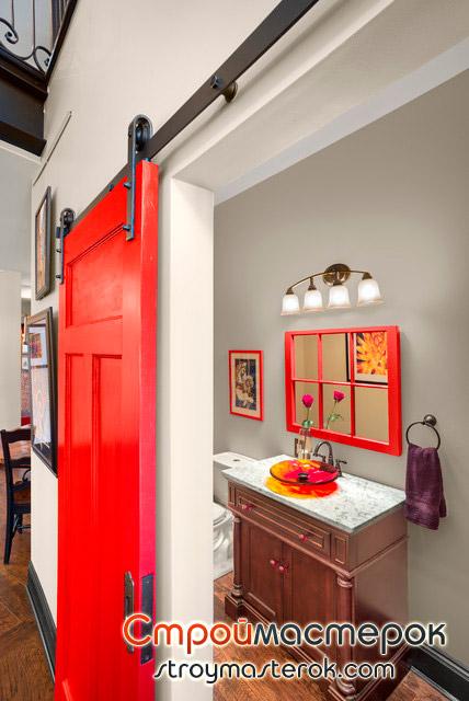 Красная раздвижная дверь в ванную комнату