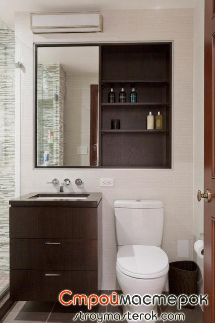 Полки в маленькой ванной комнате