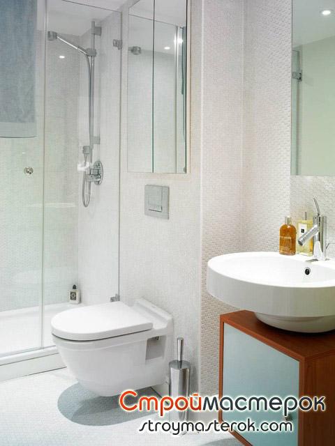 Подвесной унитаз в маленькой ванной комнате в хрущевке
