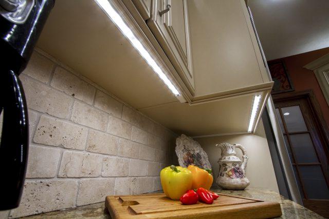 Энергосберегающие лампы под наверным шкафом