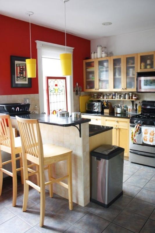 дизайн кухни с красными стенами