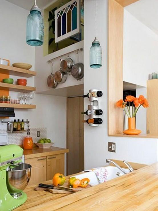 Светильники в виде бутылок на кухне
