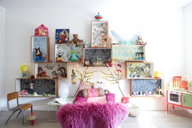 коробки на стене