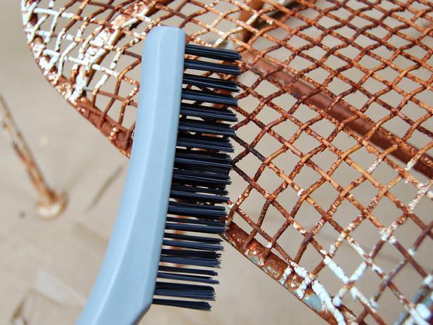 Удаление ржавчины с металла щеткой