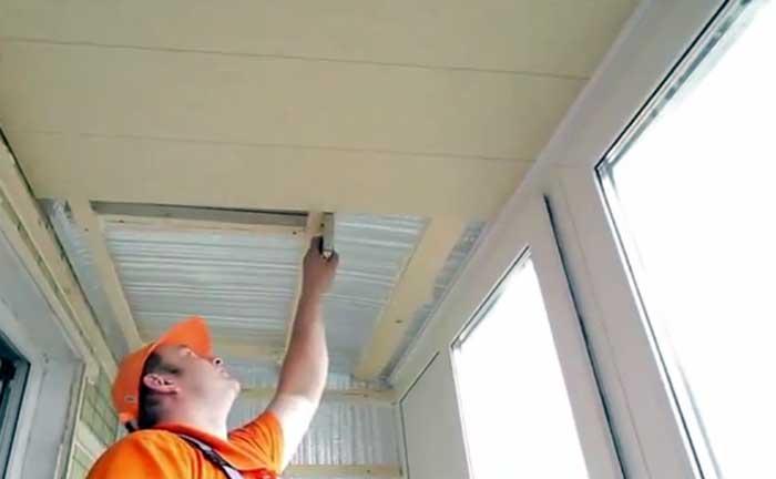 Отделка потолка балкона пластиковыми панелями своими руками