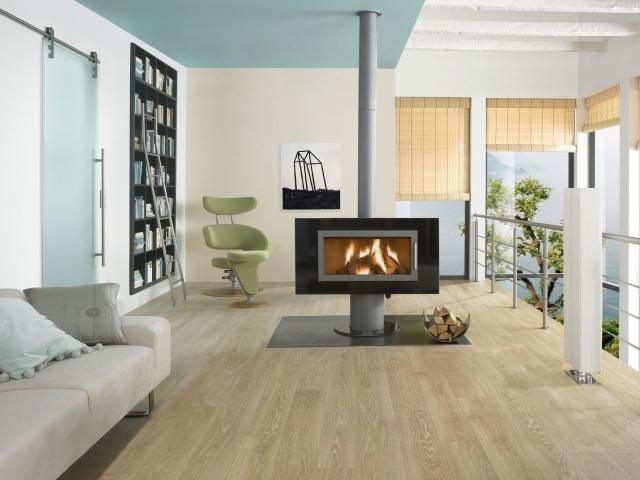 Laminatboden-verlegen-kamin-weiß-sofa-minimalistisch-note-hell-farben-groß
