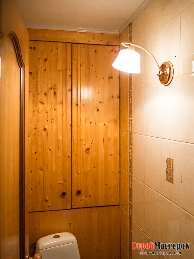 Деревянный шкаф в туалете