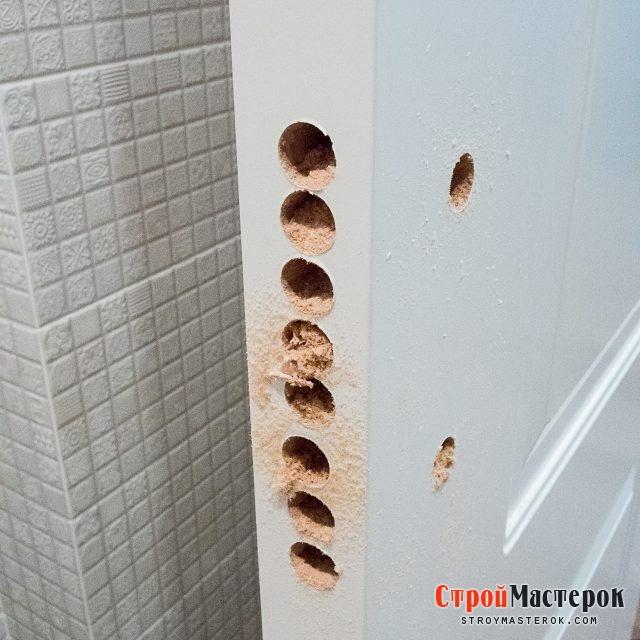 высверливаем отверстия для установки замка для межкомнатной двери